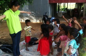 ms veasna sophea teaching kampong thnal children